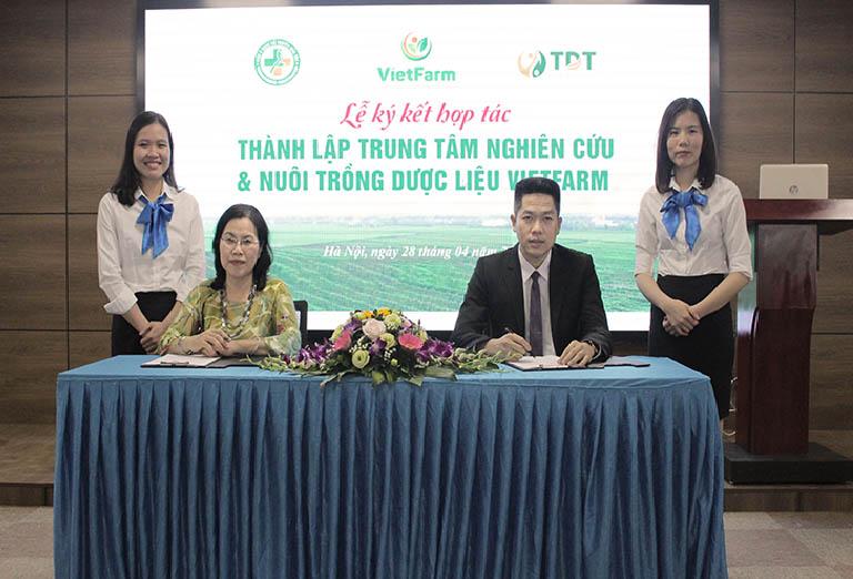 Bác sĩ Nguyễn Thị Vân Anh và ông Nguyễn Quang hưng đại diện cho hai bên