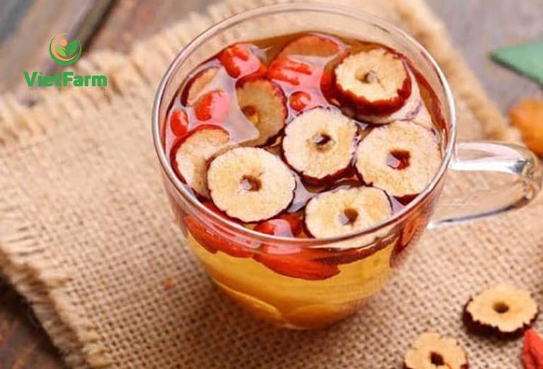 Uống trà nước thảo dược để thanh lọc cơ thể và thải độc tố