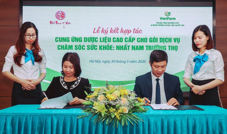 Đại diện Vietfarm - Ông Nhâm Quang Đoài và đại diện Nhất Nam Y Viện - Bà Trần Thanh Hằng đặt bút ký kết hợp tác