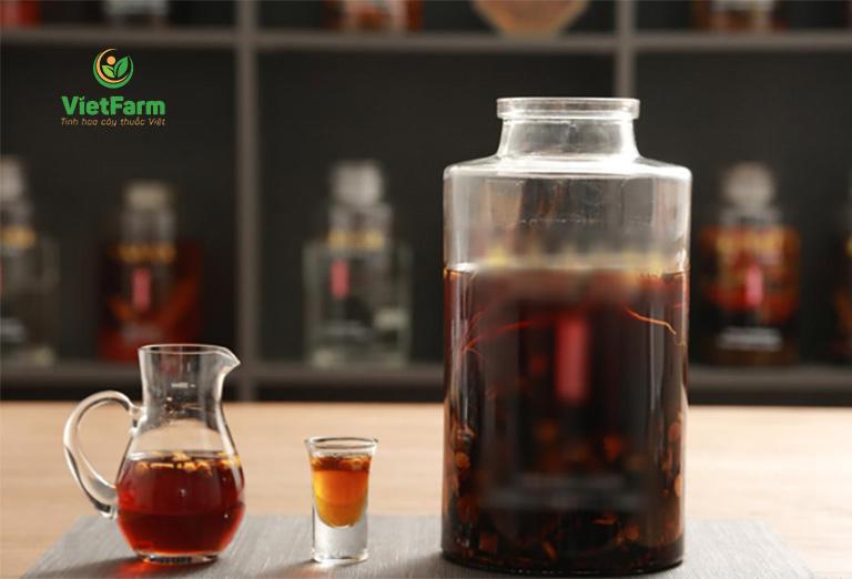 Uống rượu thuốc ngâm thảo dược để bồi bổ cơ thể