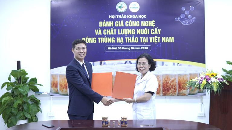 Đại diện trung tâm Vietfarm ký kết hợp thực hiện đề tài nghiên cứu với Viện trưởng TS.BS Vân Anh