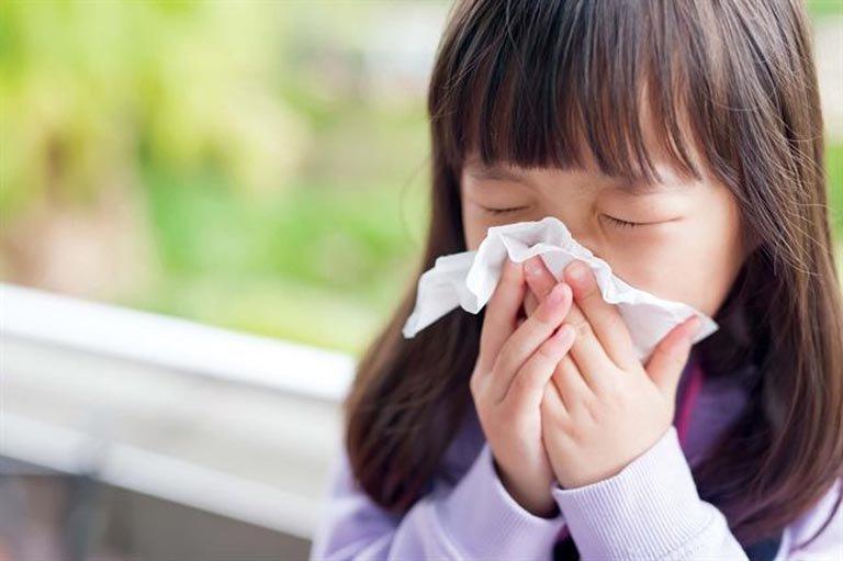 Khó thở, sổ mũi là dấu hiệu đặc trưng của bệnh viêm mũi họng cấp