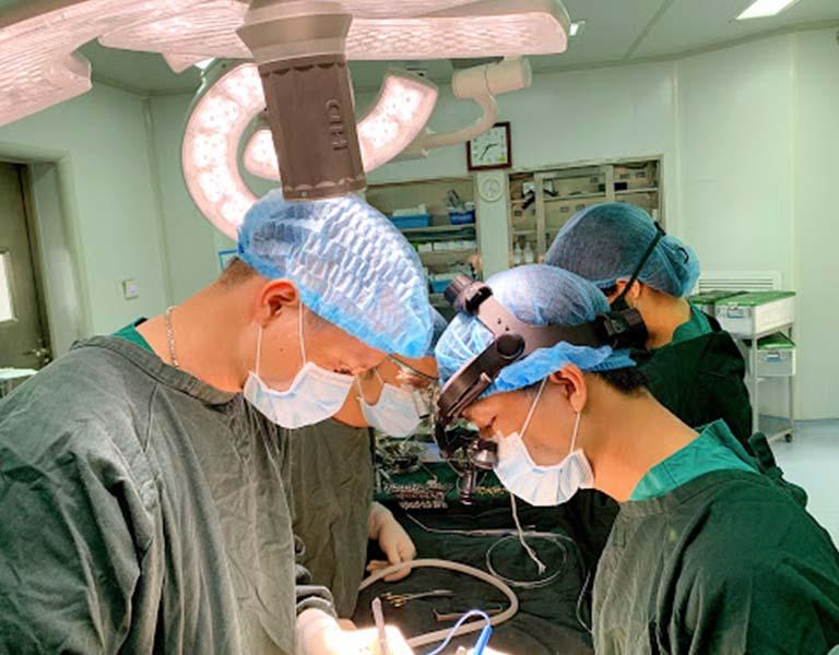 Phẫu thuật được chỉ định với những người có vết rách tại màng nhĩ quá lớn