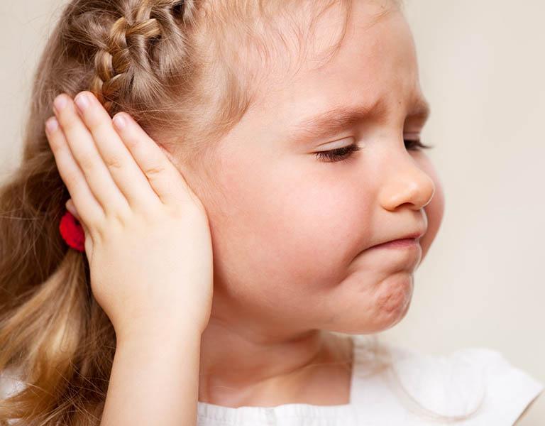 Thủng màng nhĩ ở trẻ em thường gây ra do chứng viêm tai giữa