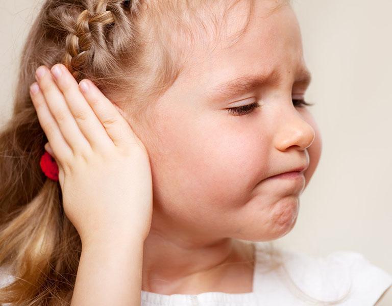 Trẻ quấy khóc, khó chịu, sốt cao, hay quờ vào tai có thể là biểu hiện của viêm tai giữa ở trẻ