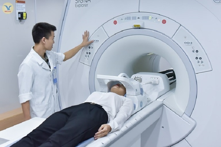 Bệnh nhân được tiến hành chụp cộng hưởng từ MRI để kiểm tra tình trạng xương sàng