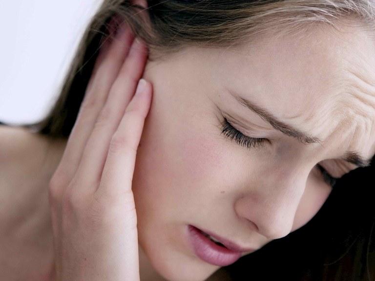 Nước vào tai gây ù tai và có thể biến chứng ảnh hưởng đến khả năng nghe