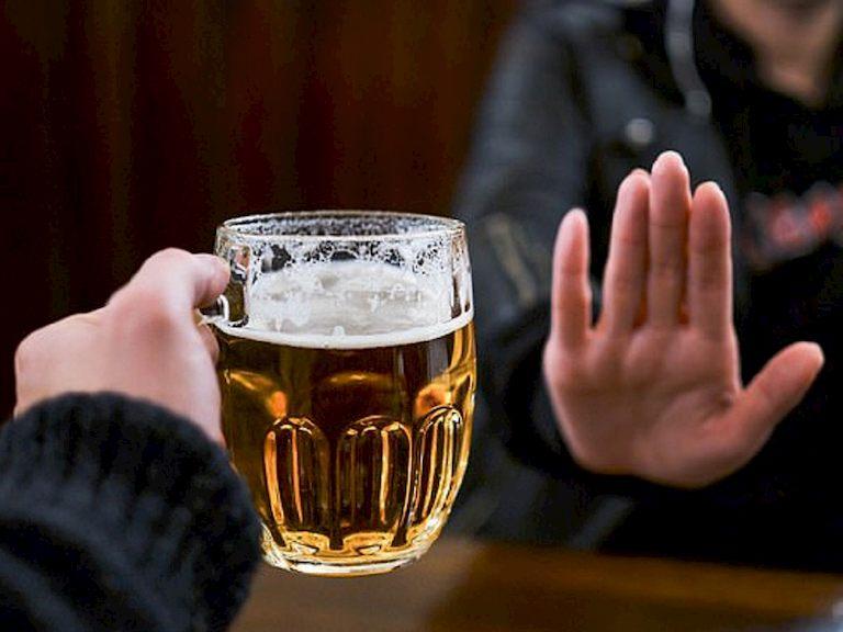 Không nên uống bia để tránh tình trạng ù tai gia tăng