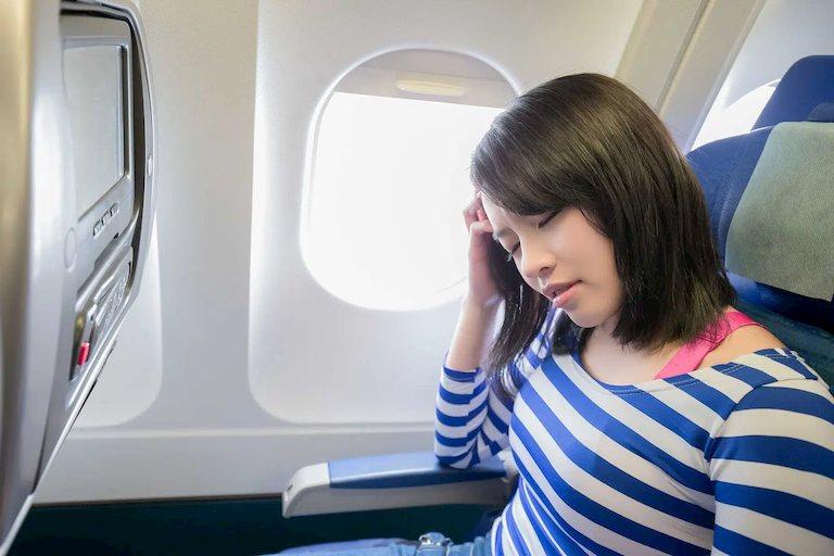 Áp suất thay đổi đột ngột là nguyên nhân dẫn đến ù tai khi đi máy bay