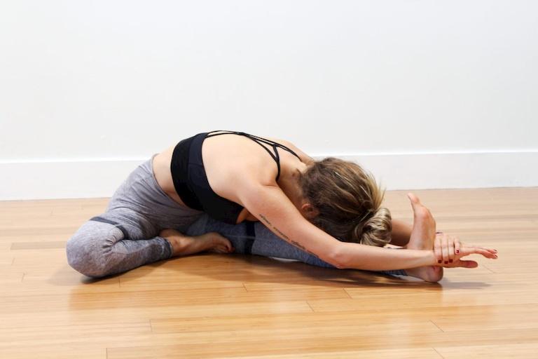 Tập yoga cũng là cách trị ù tai khi bị cảm hiệu quả tại nhà