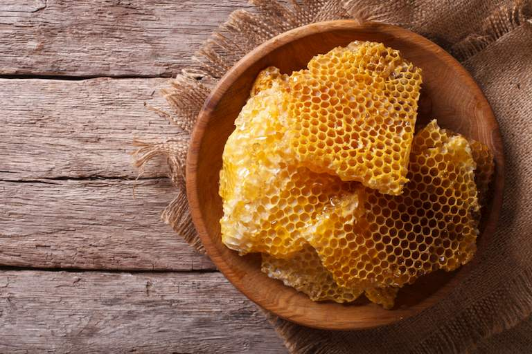 Chữa viêm tai giữa bằng sáp ong không đúng cách có thể khiến bệnh nặng hơn và làm giảm chức năng nghe