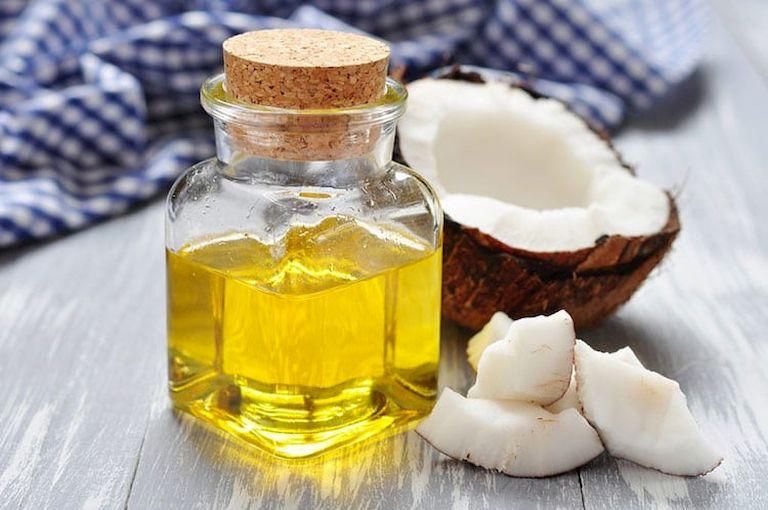 Sử dụng dầu dừa với nước muối sinh lý giúp giảm nhanh các triệu chứng do viêm tai giữa