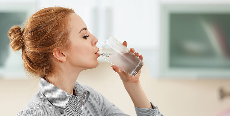 Việc uống nhiều nước giúp loãng dịch tiết trong mũi và làm sạch các hốc xoang