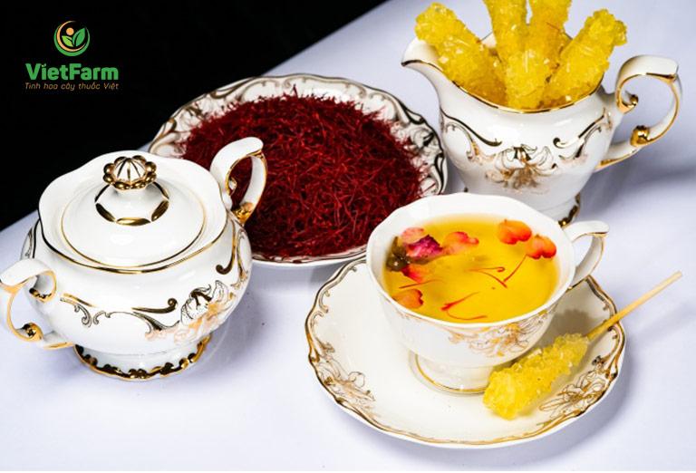 Nhụy hoa nghệ tây pha trà là cách sử dụng đơn giản được nhiều người lựa chọn nhất
