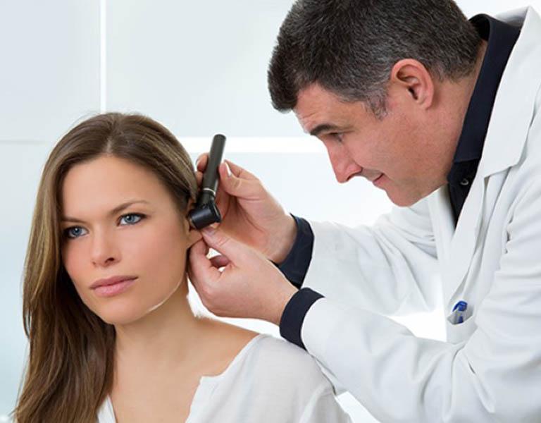 Việc phẫu thuật cần được thực hiện khi lỗ rò xuất hiện mủ và sưng tấy