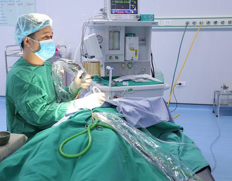 Trẻ em bị thủng màng nhĩ với vết rách lớn sẽ được chỉ định phẫu thuật