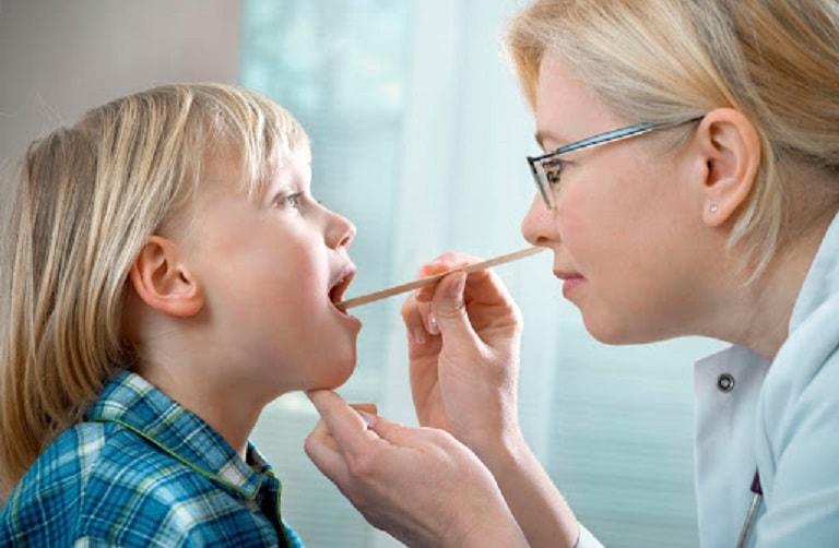 Bác sĩ sẽ tiến hành kiểm tra cổ họng của bệnh nhân bằng cách soi nhìn trực tiếp