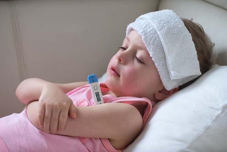 Muốn khắc phục viêm amidan cấp ở trẻ em tại nhà, phụ huynh có thể áp dụng cách chườm nóng