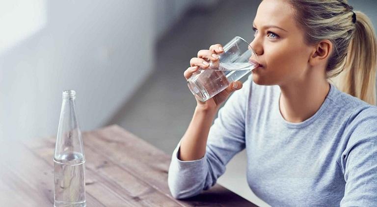Khi bị viêm amidan, cần bổ sung nhiều nước cho cơ thể