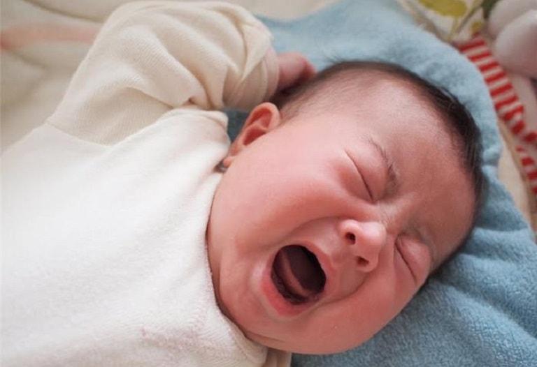 Trẻ quấy khóc là triệu chứng của bệnh