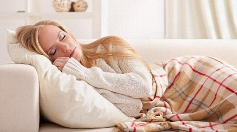 Nằm ngủ gối cao đầu giúp lưu thông khí, làm giảm nguy cơ mắc bệnh viêm mũi xoang cấp