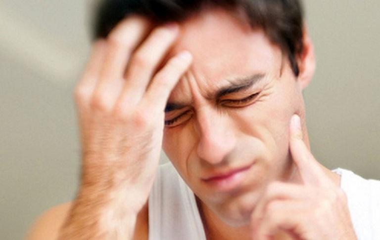 Người bệnh thường sốt cao liên tục, và thường xuyên đau nhức ở vùng mặt