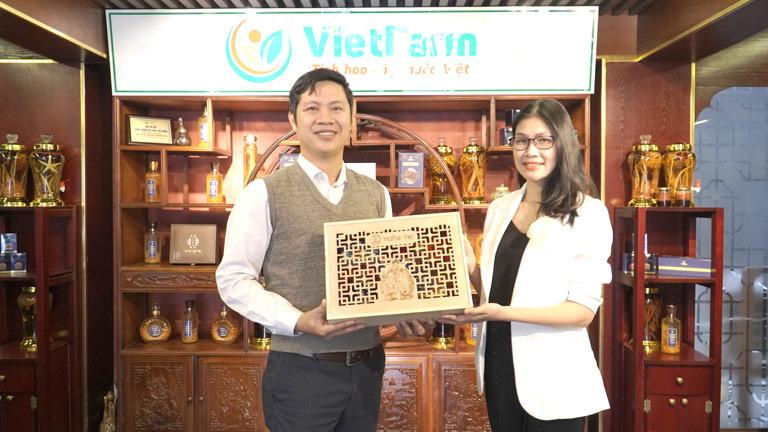 Bên cạnh chọn set quà biếu đối tác, chị Hịu cũng chọn set quà Trường Thọ để biếu cha mẹ dịp Tết mới