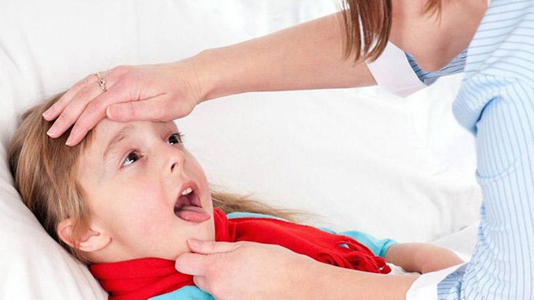 Trẻ bị viêm amidan đi kèm sốt sẽ chán ăn, quấy khóc, cơ thể mệt mỏi