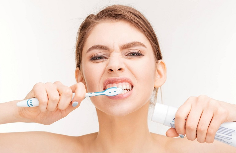 Duy trì thói quen đánh răng ít nhất 2 lần mỗi ngày vào buổi sáng và tối để bảo vệ amidan