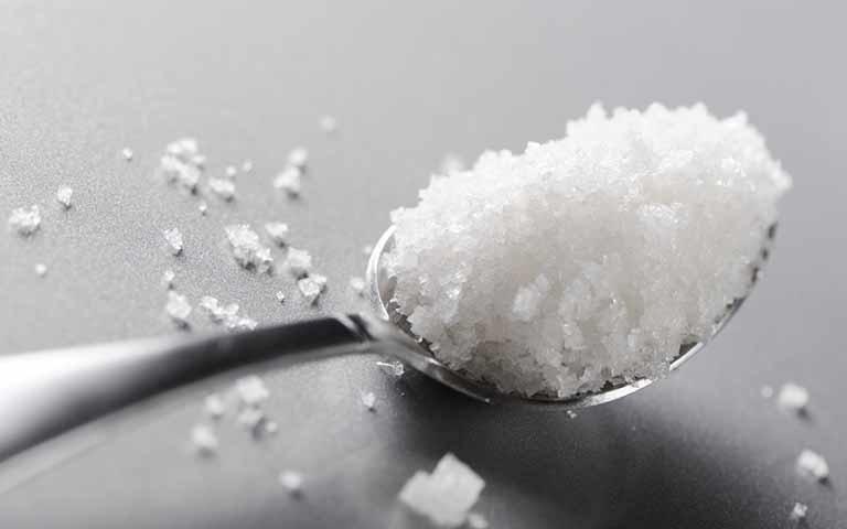 Ngoài cách sử dụng dạng dung dịch, bệnh nhân cũng có thể ngậm trực tiếp muối