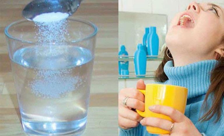 Súc miệng bằng nước muối mang lại hiệu quả kháng khuẩn rất tốt