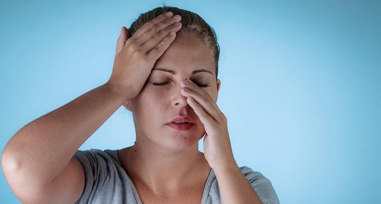 Triệu chứng của viêm xoang cấp thường xuất hiện đột ngột, không theo quy luậ