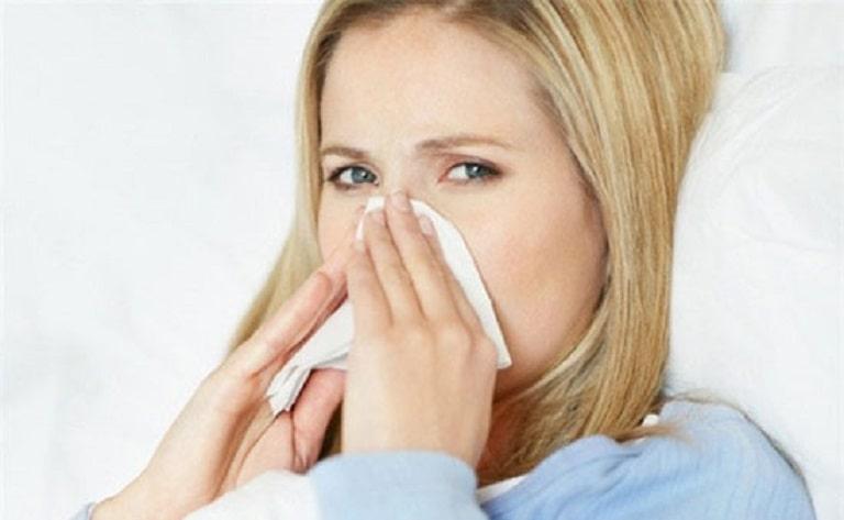 Hắt xì nhiều lần là triệu chứng điển hình của viêm xoang bướm