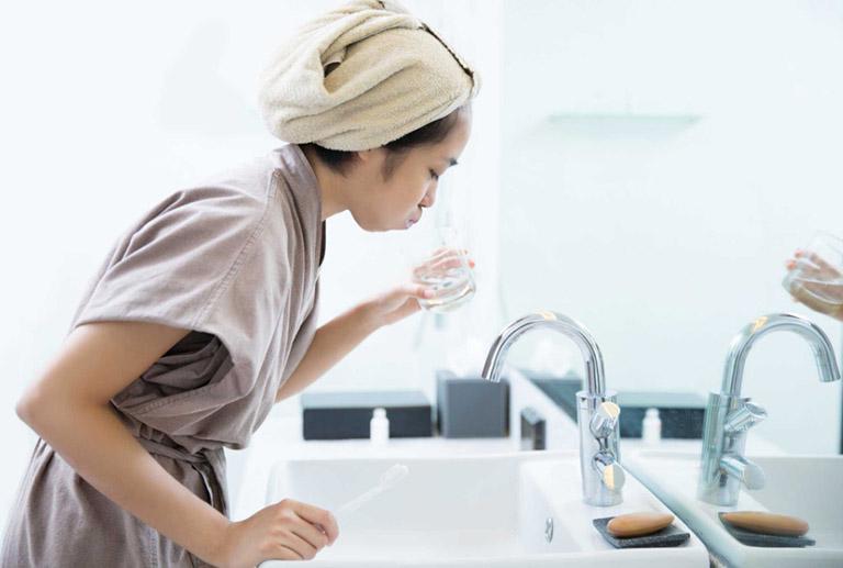 Bạn nên vệ sinh răng miện, súc họng bằng nước muối hàng ngày