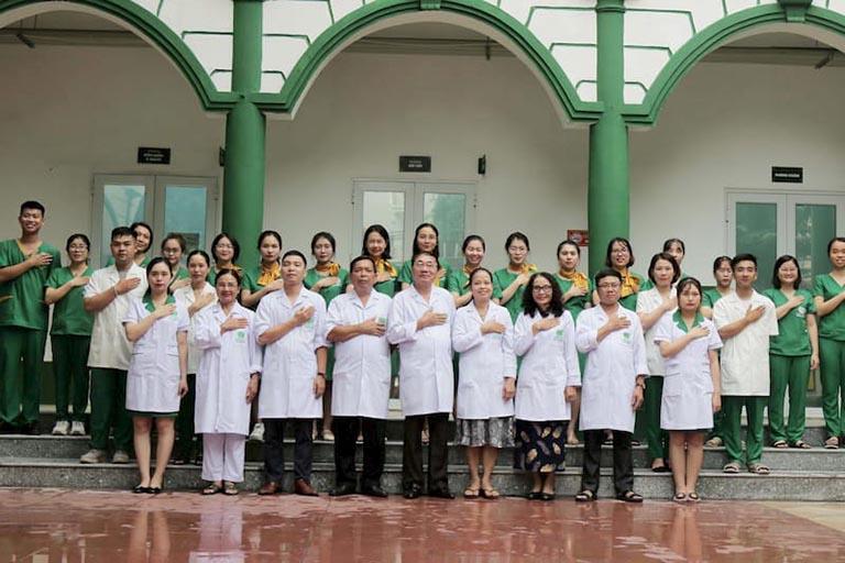 Đội ngũ y, bác sĩ của bệnh viện YHCT Quân Dân 102
