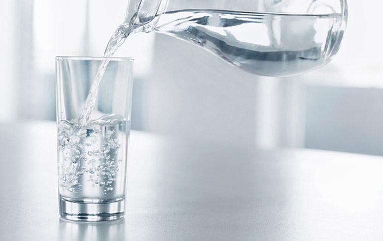 Bạn không nên dùng chung cốc uống nước với người khác
