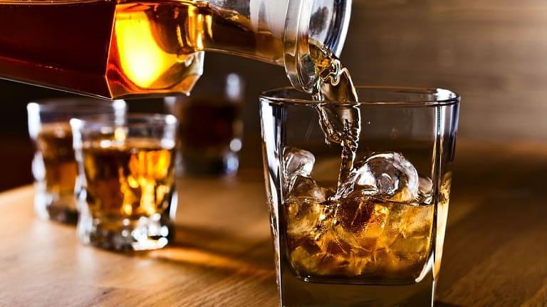 Bạn nên tránh xa bia rượu