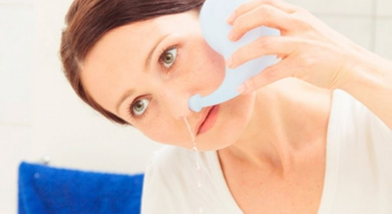 Rửa mũi bằng nước muối sinh lý hoặc thuốc xịt