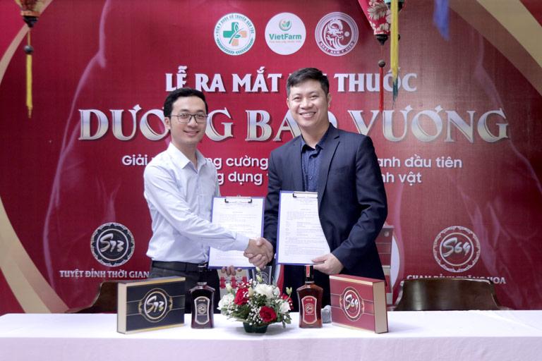 Ông Nhâm Quang Đoài ký kết hợp tác với đại diện Nhất Nam Y Viện trên tinh thần hợp tác hai bên cùng phát triển