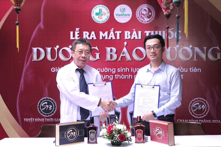 BS Lê Hữu Tuấn ký kết chuyển giao bài thuốc với đơn vị Nhất Nam Y Viện