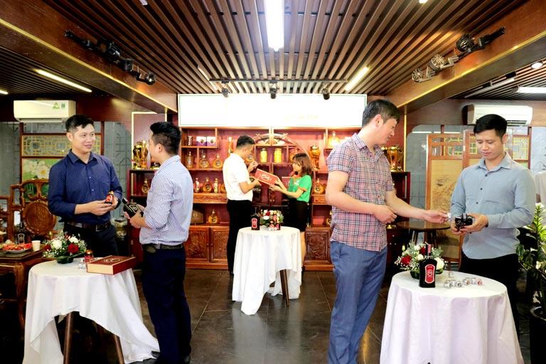 Khách mời tham quan showroom và được tư vấn về bộ ba sản phẩm Dương Bảo Vương