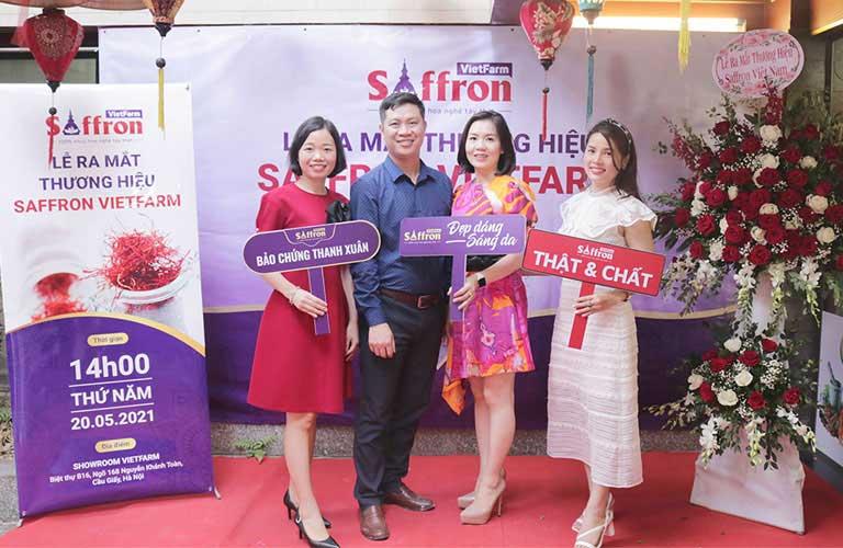 Giám đốc Saffron Vietfarm Ông Nhâm Quang Đoài chụp ảnh lưu niệm cùng đối tác