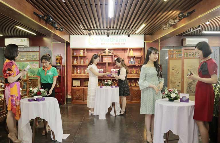 Khách hàng đến tham quan và trải nghiệm sản phẩm Saffron Vietfarm