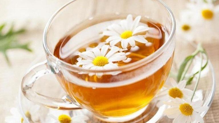 Uống trà hoa cúc giúp giảm viêm họng