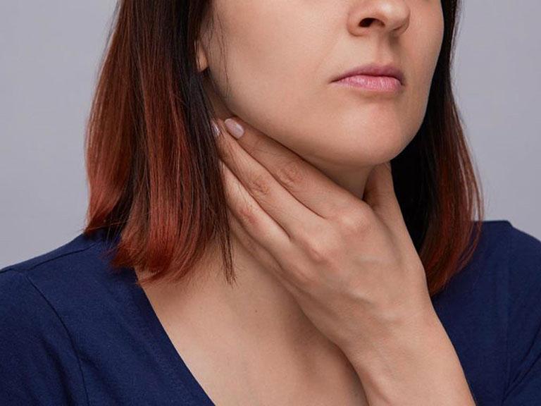Viêm họng mãn tính là tình trạng niêm mạc ở hầu họng bị viêm nhiễm kéo dài trên 10 ngày