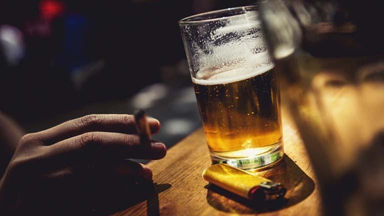 Rượu bia thuốc lá cũng không được khuyến khích cho người bị viêm họng