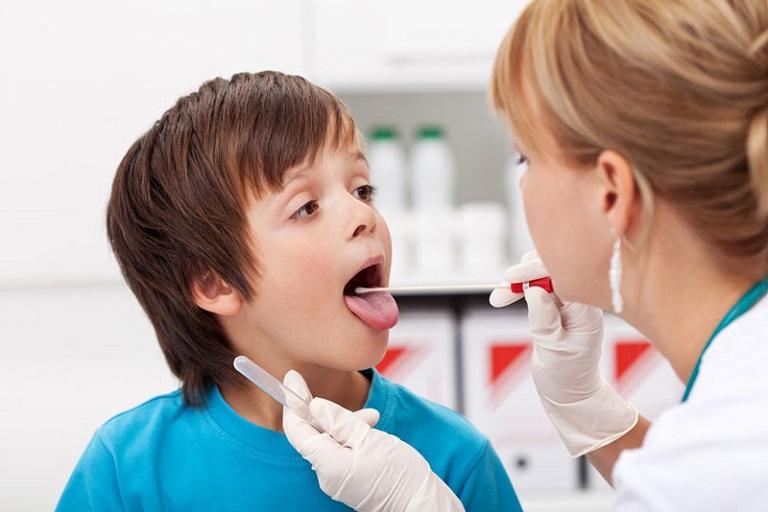 Cho trẻ thăm khám sức khỏe thường xuyên để phòng ngừa bệnh