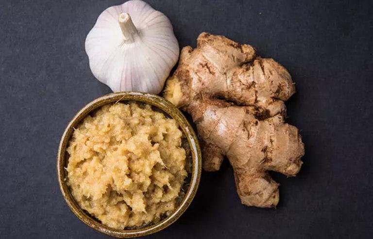 Hoạt chất gingerol trong củ gừng tươi giúp tiêu viêm, kháng khuẩn và làm ấm vùng họng