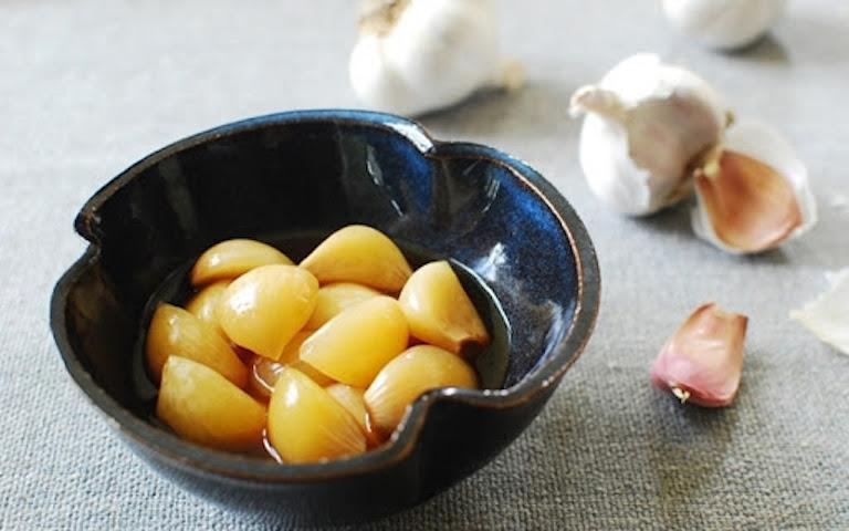 Để giảm bớt vị ngái của tỏi, bạn có thể kết hợp cùng với đường phèn, mang hấp cách thuỷ để dùng