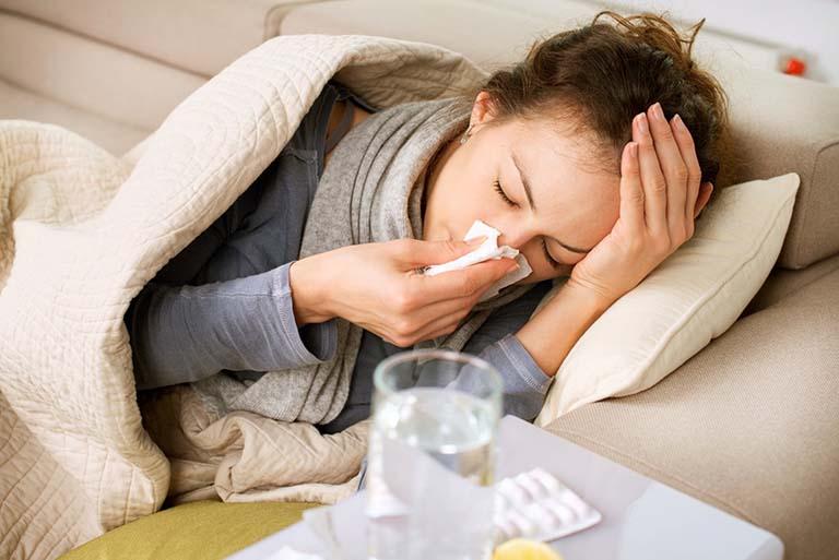 Viêm họng thanh quản có thể khiến người bệnh ho, sốt